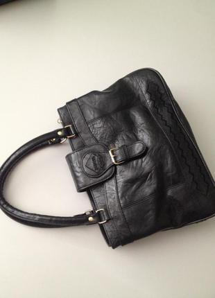 Черная не большая вместительная сумочка на коротких ручках. по...