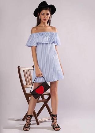 Платье с открытыми плечами и воланами  в синюю полоску с пояском