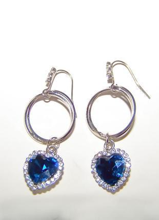 Серьги серебристые с подвеской-сердцем в синем цвете