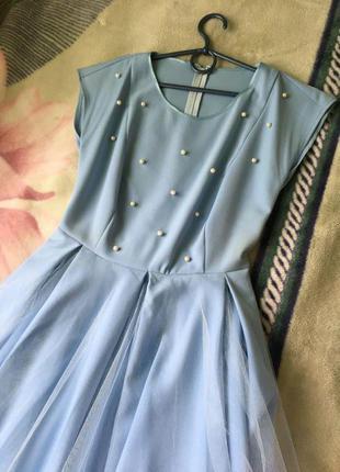 Нежно-голубое платье до колена