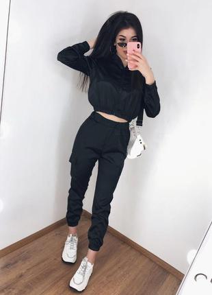 Черный атласный костюм топ на змейке и брюки карго
