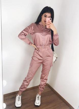 Розовый атласный костюм топ на змейке и брюки карго