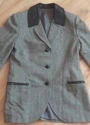 Стильный пиджак с кожеными вставками