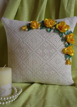 Декоративная наволочка Жёлтые розы, вышивка лентами