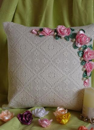 Декоративная кружевная наволочка Розовые розы, вышивка лентами