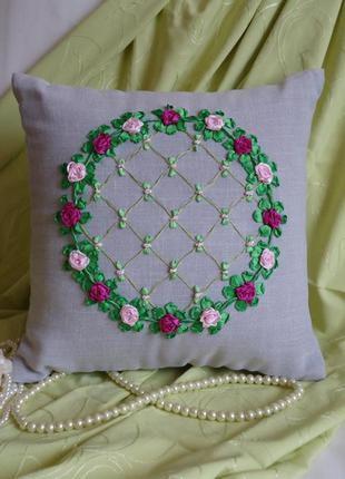 Декоративная вышитая подушка, цветочный венок