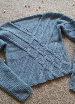 Укороченный вязаный свитер с косами