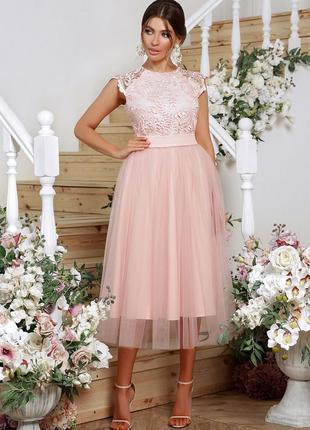 Очень красивое пышное платье в актуальной для этого модного се...