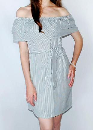 Платье в ч/б полоску со спущенными плечами и двойными воланами...