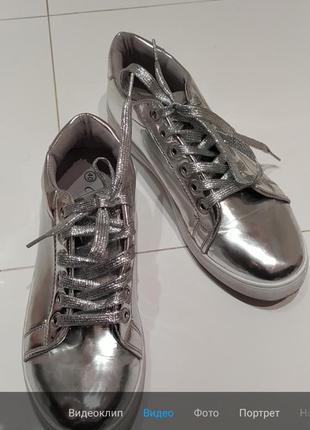 Серебристые туфли кеды
