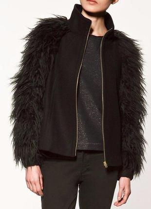 Стильное короткое чёрное пальто zara с меховыми рукавами