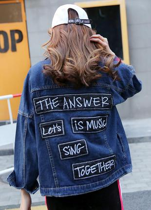 Женская джинсовая куртка с черными нашивками синяя
