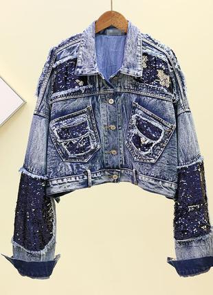 Женская джинсовая укороченная куртка с двухсторонними пайеткам...