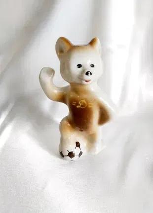 Статуэтка мишка футболист фарфоровая винтажная СССР