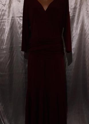 Красивое женское платье цвета бордо