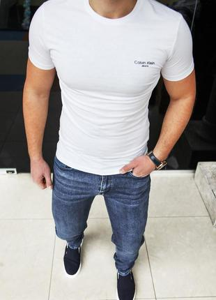 Базовая белая футболка есть размеры