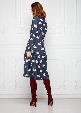 Удлиненное платье полуприлегающего силуэта с v-образным вырезом