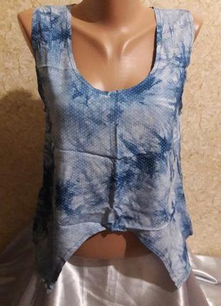 Нежно-голубая майка в мелкий горошек