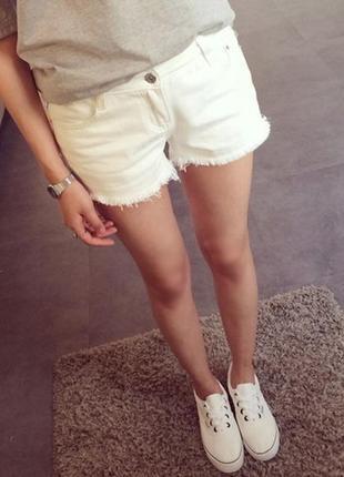 Белоснежные шорты с потертостями