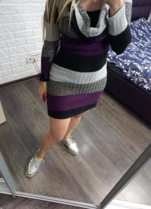 Платье в полоску с воротом по фигуре