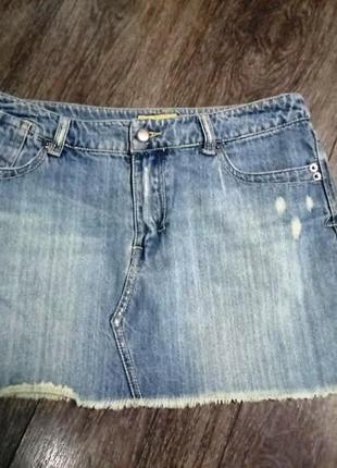 Стильная джинсовая юбка с потертостями
