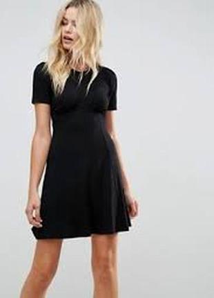 Платье черное приталенное с юбкой клеш