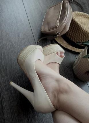 Туфли босоножки  с открытым носком бежевые на каблуке