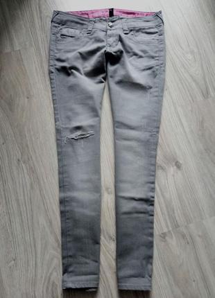Прямого кроя серые  джинсы с аккуратной дыркой на коленке