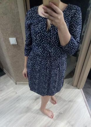 Стильное темно-синее  платье в принт белые сердечки