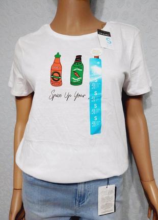 Белоснежная футболка с принтом соусы