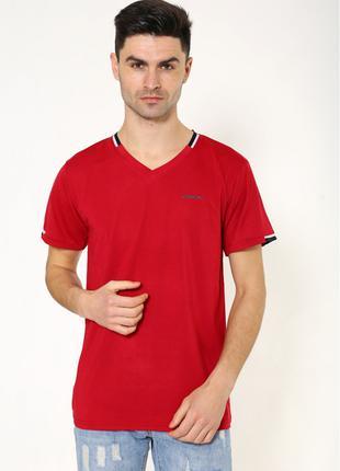 Однотонная мужская футболка  красного цвета