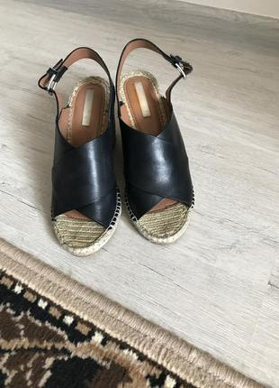Кожаные босоножки на соломенной подошве