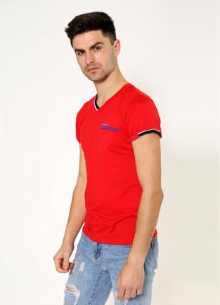 Яркая мужская футболка красного цвета
