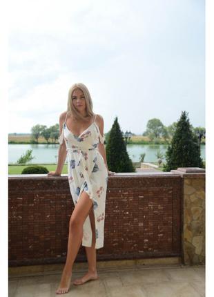 Белое платье миди с высоким разрезом и глубоким декольте