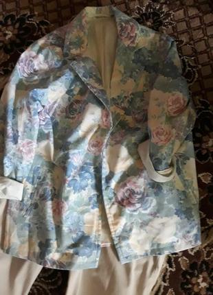 Женский пиджак в цветочный принт.