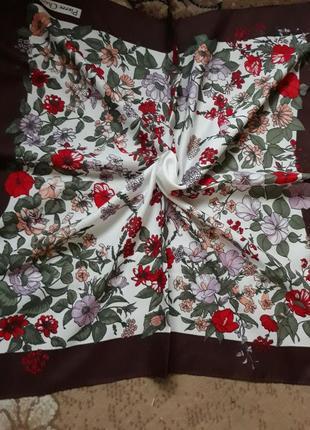 Женский платок в цветочный принт.