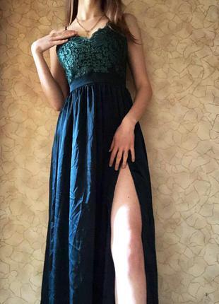 Изумрудное платье в пол с разрезом на ножке
