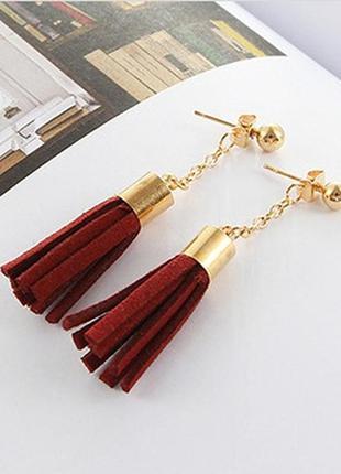 Стильные серьги-гвоздики с кисточками бордового цвета покрытие...