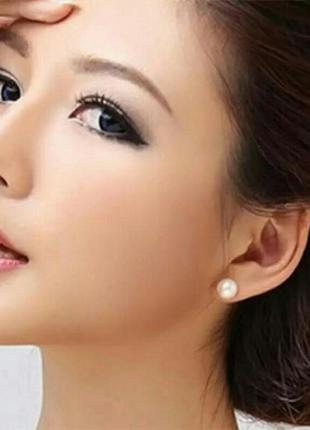Серьги-гвоздики с белой жемчужиной стильный минимализм