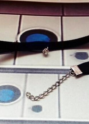Бархатный чокер с кристаллом микродермал черный