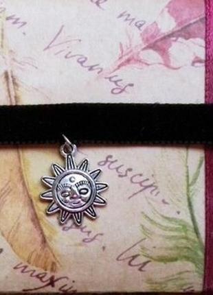 Черный бархатный чокер с подвеской солнце античное серебро