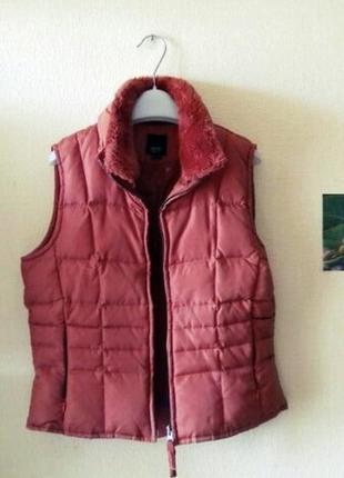 Теплая спортивная жилетка с меховым воротником морковного цвет...