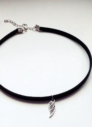 Замшевый черный чокер с маленьким крылом античное серебро