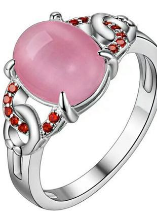 Шикарное кольцо с розовым опалом камнем и красными фианитами с...