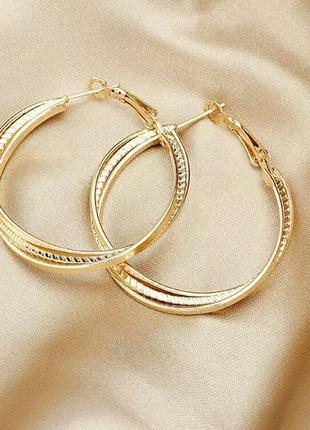 Стильные серьги-кольца золотого цвета