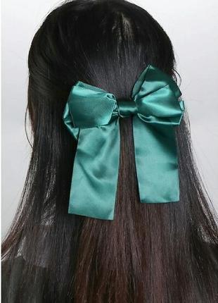 Резинка для волос с бантом атласная лента изумрудного цвета