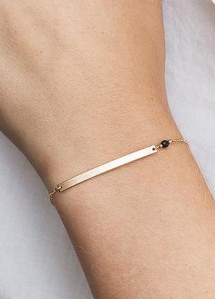 Нежный золотистый браслет с пластиной и черной бусиной минимализм