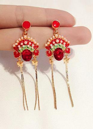 Элегантные серьги с цепочками и камнями красного цвета в этнич...