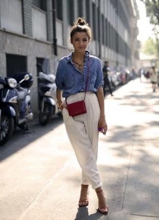 Модные белые джинсы бойфренды завышенная талия, зауженные к низу.
