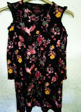 Стильное красивое платье в цветах и птицах с вырезами на плечах